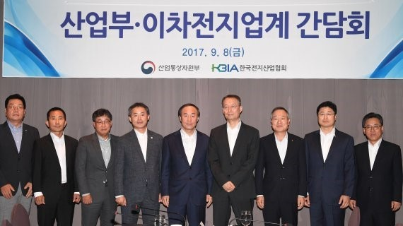 Baek Woon-kyu (third from the right), minister of trade, industry and energy (right), is posing with representatives of the Korean secondary cell industry in a meeting held at the Palace Hotel in Seoul on September 8.