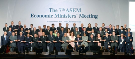 Korean Prime Minister Lee Nak-yeon (8th from in the front row) is holding hands with participants of the 7th ASEM Economic Ministers' Meeting in COEX, Gangnam-gu, Seoul on September 22.