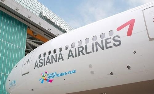 Asiana Airlines is refinancing by issuing high interest-rate corporate bonds, only increasing the burden on the company's financial structure.
