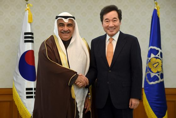 South Korean Prime Minister Lee Nak-yon shakes hands with Saudi Arabian Minister of Economy and Planning Adel Fakeih in Seoul on October 30.