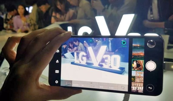LG Electronics has set the price of the V30 at some 900,000 won (US$798), much lower than those of its competitive premium phones of Samsung and Apple. (photo courtesy: LG Electronics)