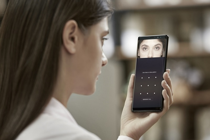 A visitor is experiencing an iris recognition function at a Samsung Galaxy S8 launch event in Brazil in April. (photo courtesy: Samsung Electronics)