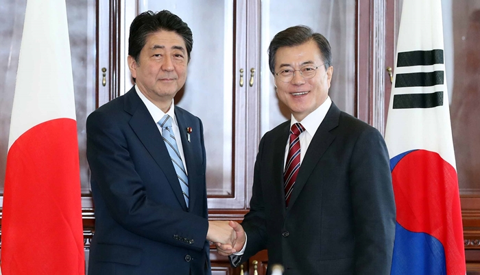 President Moon Jae-in proposed the construction of a power grid covering South Korea and Japan to Japanese Prime Minister Shinzo Abe in Vladivostok, Russia on September 7. (photo courtesy: Cheong Wa Dae)