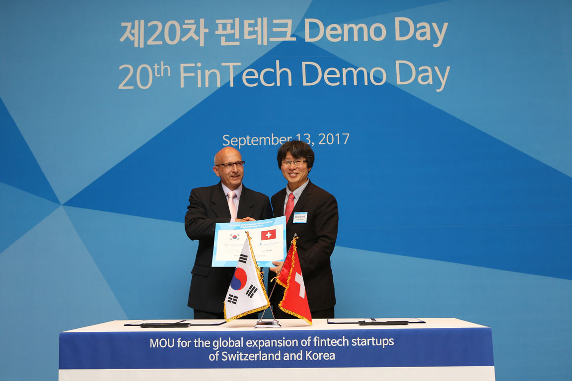 Jung Yu-shin, chairman of the FinTech Center of Korea poses with Marc Rudolf, head of Asia Division at Greater Zurich Area AG at KINTEX in Goyang City, Gyeonggi Province, Korea on September 13. (photo courtesy: Fintech Center)