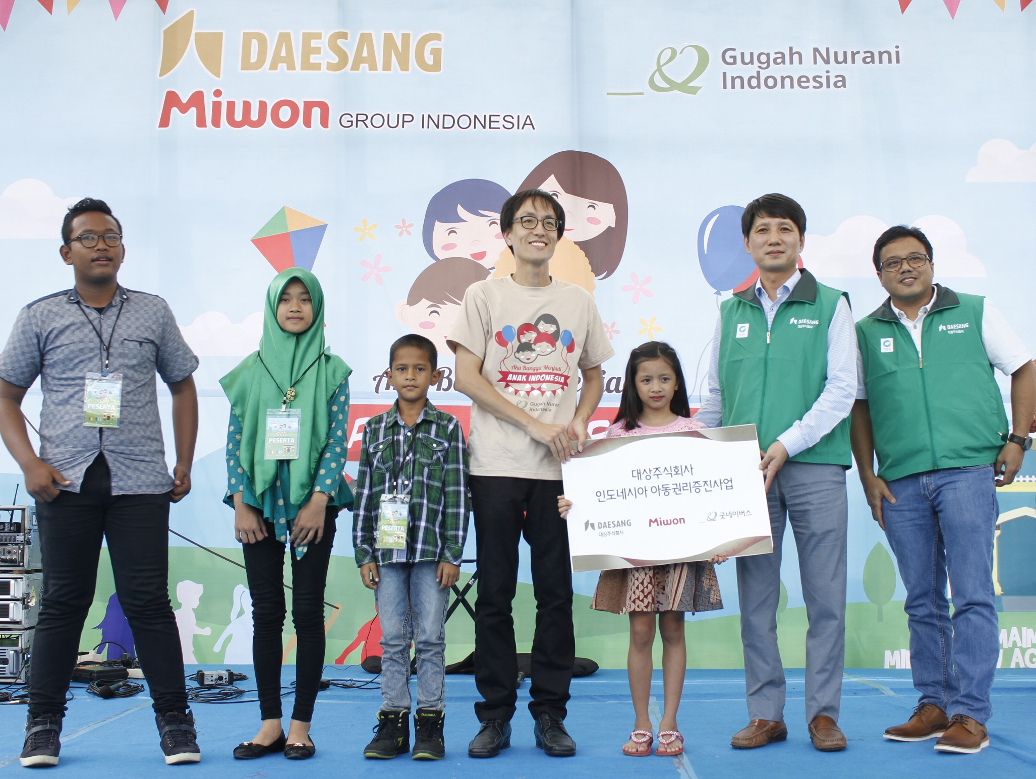 Manager Chung Seung-in (2nd from right) and director Anthony (1st from right) of of PT. Jico Agung, and Choi Yong-ki (4th from right), head of Good Neighbors Indonesia pose with children. (photo courtesy: Daesang Corp.)