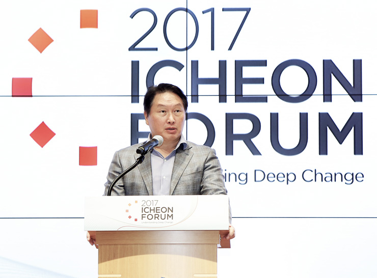 SK Group Chairman Chey Tae-won speaks during the 2017 Icheon Forum at the SKMS Center in Icheon, Gyeonggi Province, on September 24. (photo courtesy: SK Group)