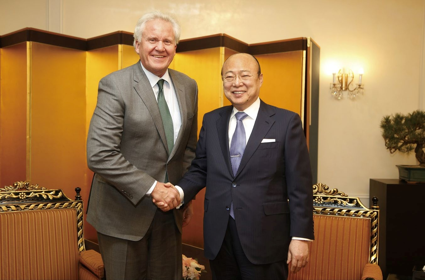 GE chairman Jeffrey Immelt (left) is shaking hands with Hanwha chairman Kim Seung-yun to discuss ways to strengthen cooperation between the two companies in March this year. (photo courtesy: GE Korea)
