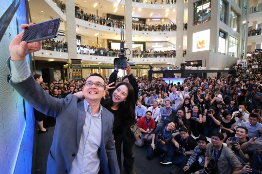 Song Ji-hyo, a popular Korean actress, is posing for a photo shoot with other participants at the launch site of the Galaxy Note 8 at Pavilion Kuala Lumpur in Kuala Lumpur of Malaysia on September 21 (local time). (photo courtesy: Samsung Electronics)