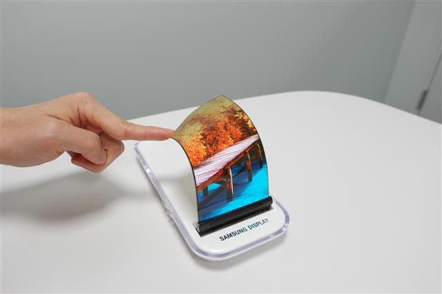 The flexible OLED sales in the global small and medium-sized display market totaled US$2.054 billion in Q2 this year, a whopping 132% increase from a year ago. (photo courtesy: Samsung Electronics)
