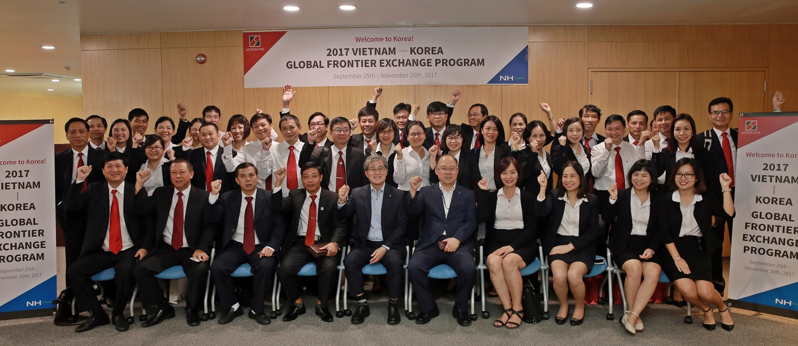 NH Bank Vice President Hong Jae-eun (fifth from left in front row) and Lee Chung-no (sixth from left in front row), Deputy Director at National Agricultural Cooperative Federation, pose with Agribank staff members from Vietnam. (photo courtesy: NH BanK)