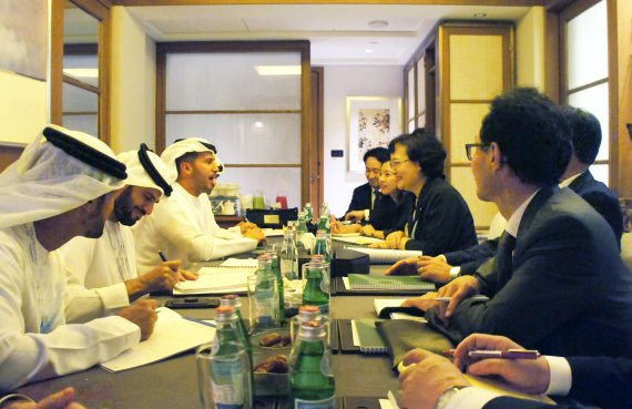 Moon Mi-ok, Science & Technology Advisor to the President, talks for joint business in nuclear power plant construction with Emirates Nuclear Energy Corporation (ENEC) CEO Mohamed Al Hammadi and in Abu Dhabi on October 30 (local time).