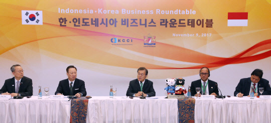 Korean President Moon Jae-in (center) and KCCI chairman Park Yong-man (2nd from left), attended in the Korea-Indonesia Business Forum