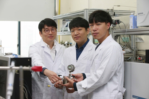 A research team of the Chemistry Department at KAIST developed a metallic oxide hybrid optical nanocatalyst that converts carbon dioxides in carbonated water into 99% pure methane fuel.