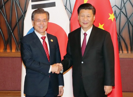 South Korean President Moon Jae-in and Chinese President Xi Jinping had a summit meeting in Da Nang, Vietnam during APEC meeting on November 11.