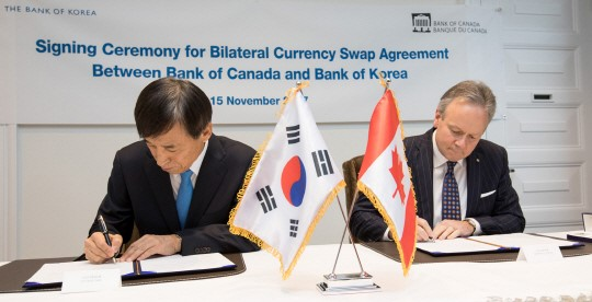 Lee Ju-yeol (left), governor of the Bank of Korea, and Stephen Poloz, governor of the Bank of Canada, signed the bilateral currency swap agreement on November 15 (local time) at the headquarters of the Bank of Canada in Ottawa of Canada.