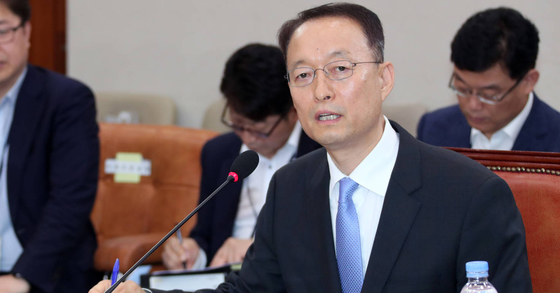 During the recent parliamentary inspection of the administration, industry minister Baek Woon-kyu repeatedly said that he would directly sell Korean-type nuclear power plants overseas, apart from a nuclear phase-out policy.