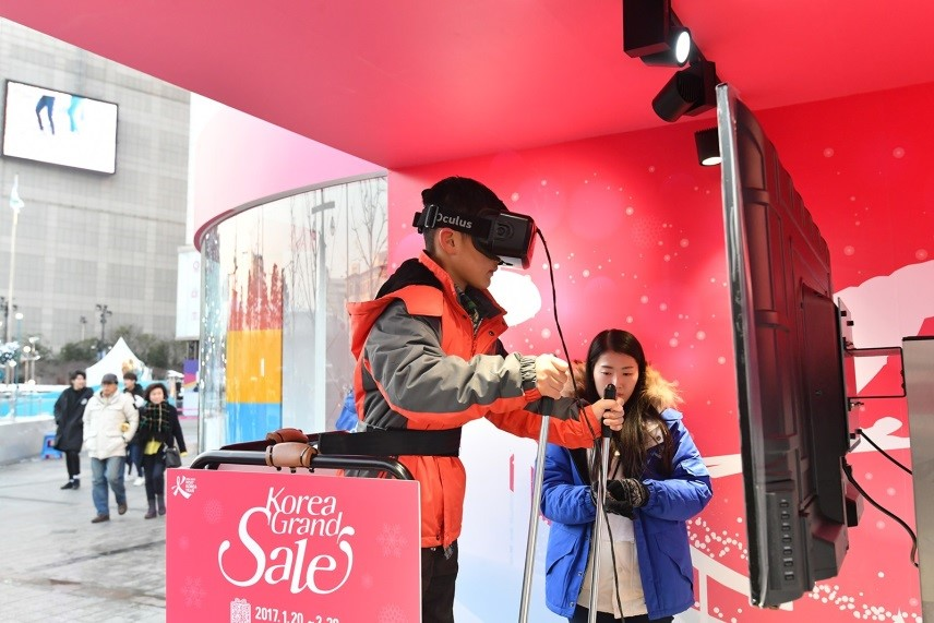 Experiencing winter sports virtual reality (VR). (photo courtesy: Visit Korea Committee)