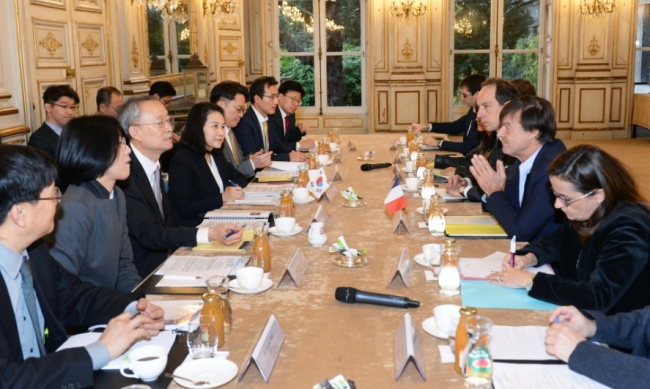 S. Korean Trade, Industry and Energy Minister Paik Un-gyu (3rd from left) and French Minister of Environment Nicolas Hulot (at the front of Baek) are discussing cooperation in energy sector in Paris on November 28 (local time). (photo courtesy: MOTIE)
