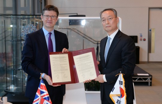 Baek Woon-kyu (right), minister of industry and energy of Korea, and his counterpart Gregg Clark, head of the Department for Business, Energy & Industrial Strategy (BEIS) of the UK pose in London on November 27 (local time).
