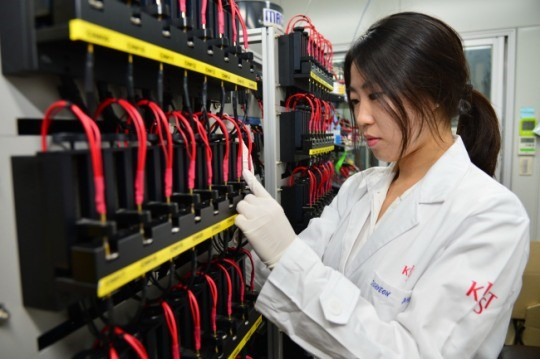 Dr. Ahn Joo-hyeon at the KIST Center for Energy Convergence Research testing batteries for high-speed charging and discharging