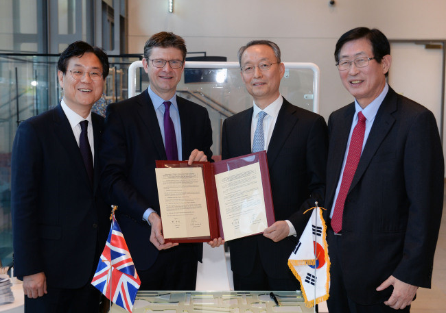KHNP president Lee Kwan-sup, UK Business Minister Greg Clark, Korean industry and energy minister Baek Woon-kyu, and KEPCO president Jo Hwan-ik (from the left) signed a memorandum in London on November 27 (local time).
