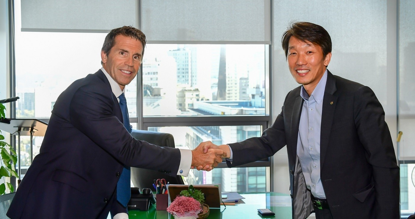 Lee Chang-ki (right), head of the Fintech Business Department at NH Nonghyup Bank shalkes hands with David Rutter (left), chairman of R3CEV.