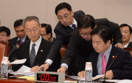 Minister of Trade, Industry and Energy Baek Woon-kyu (left in the front row) and Minister of SMEs and Startups Hong Jong-hak (right in the front row) at a National Assembly meeting on December 18