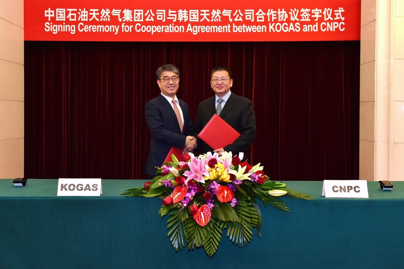 KOGAS Acting President Ahn Wan-gi (left) and CNPC President Zhang Jianhua pose pose after signing an MOU for cooperation in natural gas business in Beijing on Dec. 15.