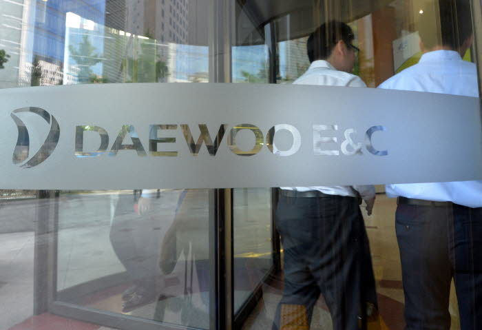 A recent drop in the company's stock price further has been fouling up the sale of Daewoo E&C expected to be sold off to a new owner soon.