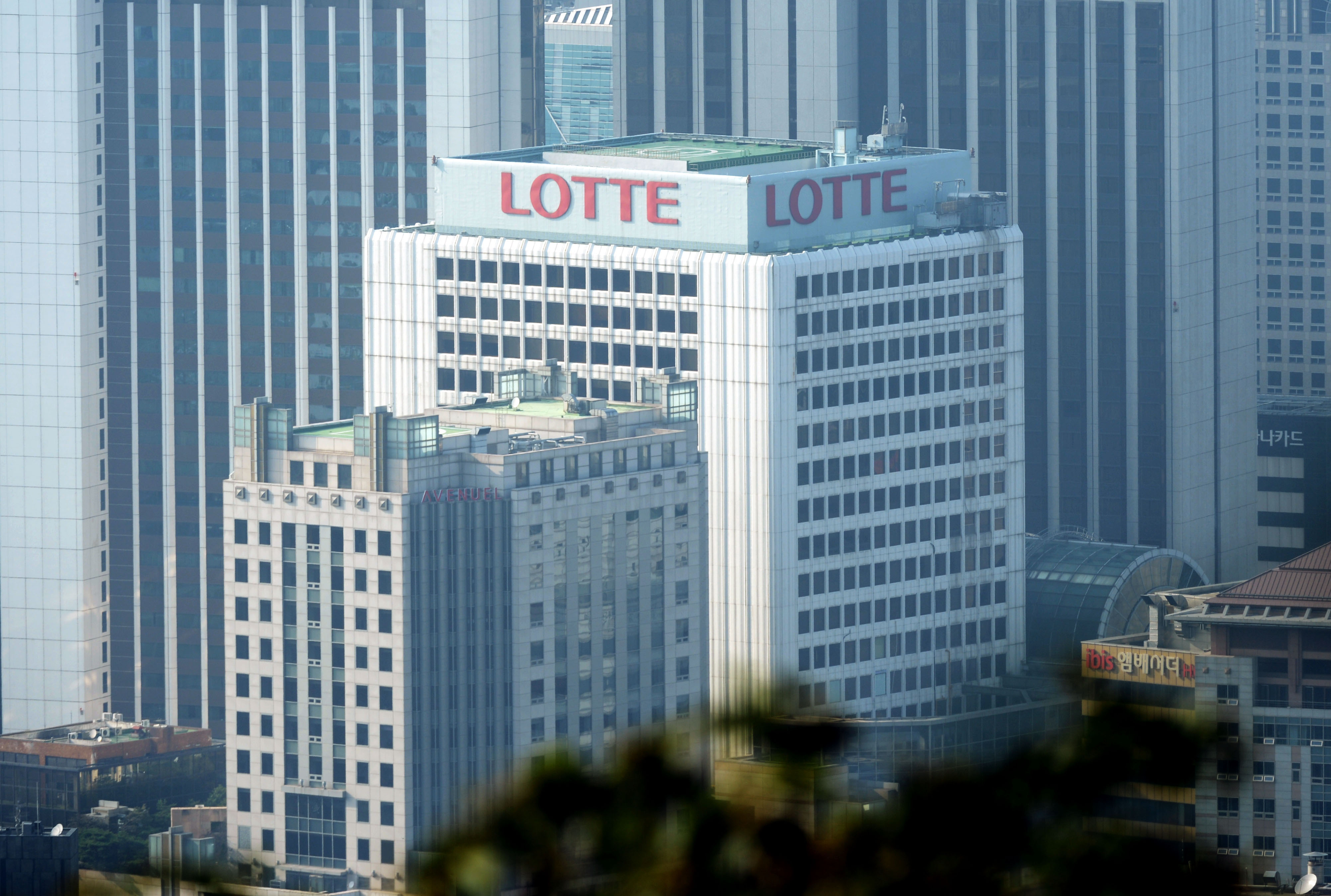 Lotte Group will be able to stabilize its holding company system, with the additional mergers of Lotte GRS, Fujifilm Korea, Lotte Logistics, Lotte International, Daehong Communications and Lotte IT Tech.