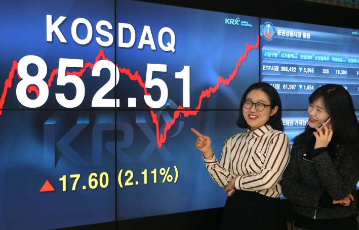 The Korean government has lowered the requirements for initial public offering (IPO) in order to revitalize the nation's second-tier KOSDAQ market.