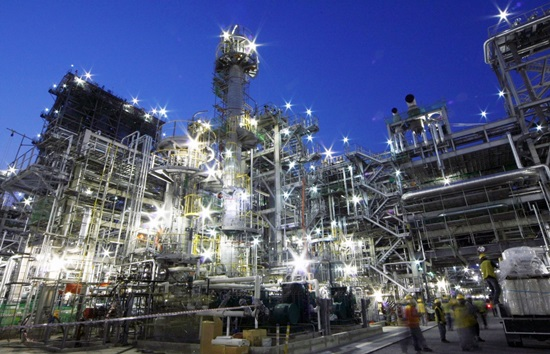 South Korean top four oil refiners are expected to post more than 8 trillion won (US$7.53 billion) in surplus last year for the first time in history.