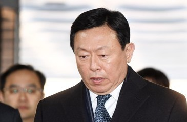Lotte Group Chairman Shin Dong-bin heads to a courtroom at the Seoul Central District Court on Feb. 13