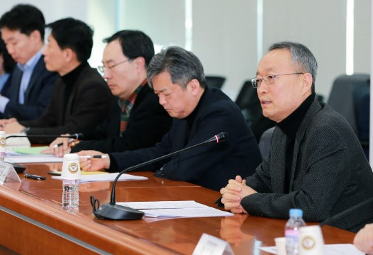In the afternoon of Feb.17, Baek Woon-kyu (far right), minister of trade, industry of energy, is discussing countermeasures with representatives of steel companies to discuss the US' announcement of Article 232 of the Trade Expansion Act.