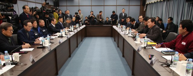 South Korean Prime Minister Lee Nak-yeon (second from the right) participated in a meeting on February 24 to discuss how to protect Gunsan City from withdrawal of GM.