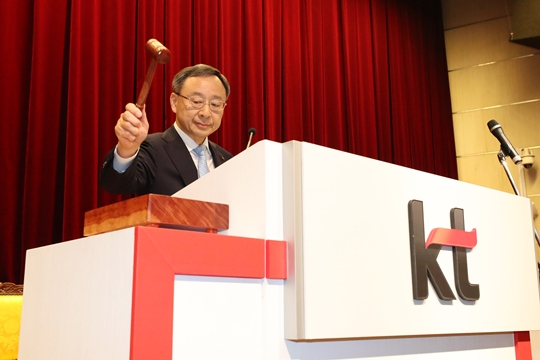 What moves KT Chairman Hwang Chang-Kyu will make is a pressing matter as he has been deeply troubled internally and externally.