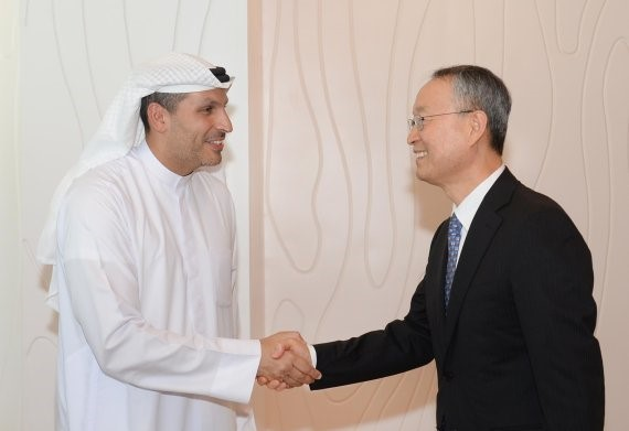 Baek Woon-kyu, Korean minister of trade, industry and commerce, is shaking hands with Khaldoon Khalifa Al Mubarak, chairman of the Abu Dhabi Executive Affairs Authority in his office in Abu Dhabi on February 26 (local time).
