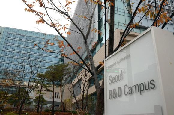 Samsung Electronics spent a total of 16.8 trillion won (US$15.54 billion) in R&D last year, up 13.59 percent from a year ago.
