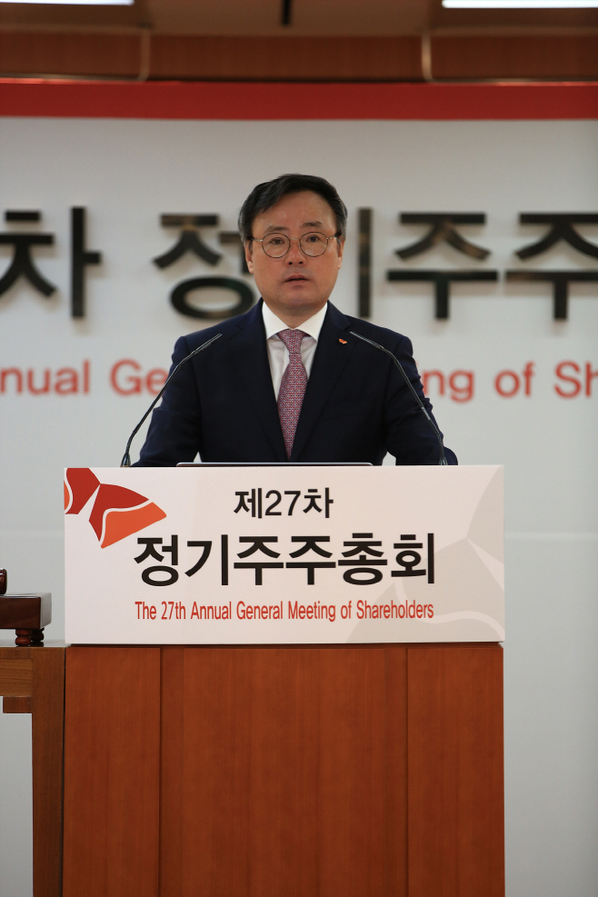 SK Holdings President Jang Dong-hyun delivers an address at this year's annual meeting of stockholders at the SK headquarters in Seorin-dong, Seoul, on March 26.