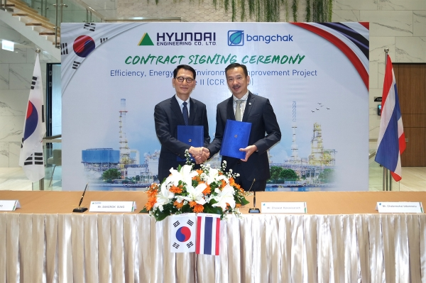 Hyundai Engineering CEO Sung Sang-rok, left, and BCP CEO Chaiwat Kovavisarach shake hands at the oil refinery deal signing ceremony held at the BCP headquarters in Bangkok, Thailand on April 18 (local time).