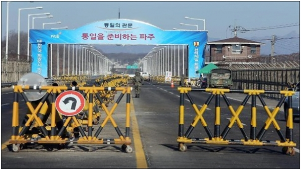 The road to the Kaesong Industrial Complex in N. Korea was blocked following the S. Korean government's decision to shut down the complex on February 10, 2016.