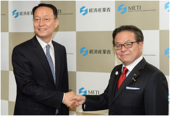 South Korean Minister of Trade, Industry and Energy Paik Un-gyu (left) and Japanese Minister of Economy, Trade and Industry Hiroshige Seko meet in Tokyo on May 8.