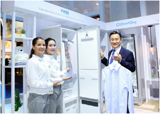Coway CEO Lee Hae-sun (rightmost) introduces the Fresh Wear Styling System (FWSS).