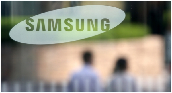 Financial market experts say that Samsung Group has no choice but to reconsider the transition to a holding company system.