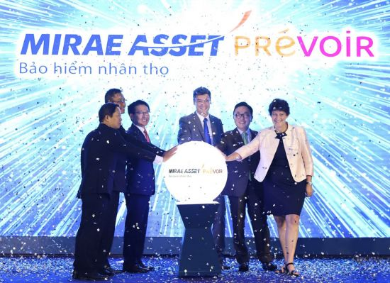 Park Hyun-joo, chairman of Mirae Asset (second from the right), Kim Jae-shik, CEO of Mirae Asset Life Insurance (fourth from the right), Patricia Lacoste, chairwoman of Prevoir group (far right) pose for a photo after launching the joint venture in Hanoi on May 11.