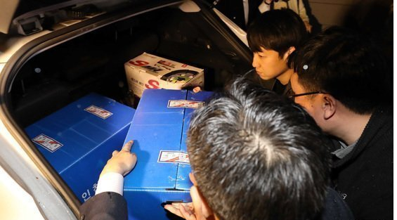 Customs officers load seized goods into a car after raiding the home of Hanjin Group chairman Cho Yang-ho on May 2.