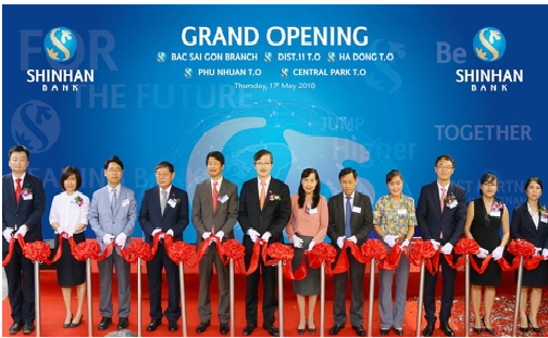 Shinhan Bank Vietnam holds a ribbon-cutting ceremony at Bac Sai Gon Branch in Ho Chi Minh City, which is one of the four newly opened branches, on May 17.