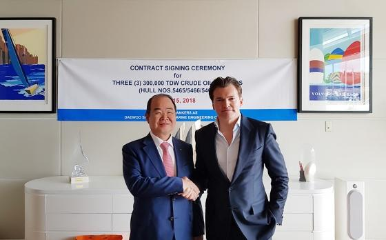 DSME President Jeong Seung-lip (left) and Arne Fredly, the major shareholder of Hunter Group, shake hands after signing a contract on three VLCCs in Monaco on May 15.