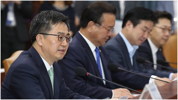 Economic Deputy Prime Minister Kim Dong-yeon (left) speaks at the economic ministerial meeting held at the government complex in Seoul on May 17.