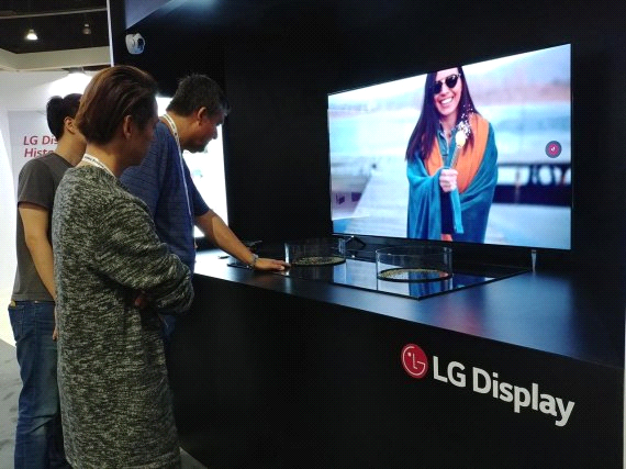 Visitors are taking a look at LG Display products at the International Information Display Society (SID) 2018 Exhibition, which will run at the LA Convention Center from August 22 to 25.